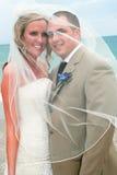 Strand-Hochzeit: Braut und Bräutigam Lizenzfreie Stockfotos
