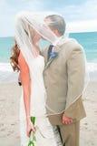 Strand-Hochzeit: Braut-und Bräutigam-Kuss Stockfoto