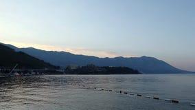 Strand i den Budva staden Montenegro Morgonsikt till den mountineshavet och kusten Blå ogenomskinlighet på mountaines och havsvåg stock video