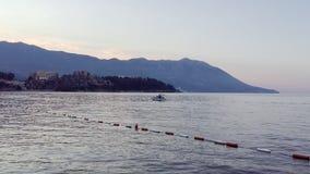 Strand i den Budva staden Montenegro Morgonsikt till den mountineshavet och kusten Blå ogenomskinlighet på mountaines och havsvåg lager videofilmer