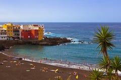 Strand i den Puerto de la Cruz - Tenerife ön (kanariefågeln) Arkivbilder