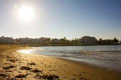 Strand i Denia, Spanien, på soluppgång royaltyfri foto