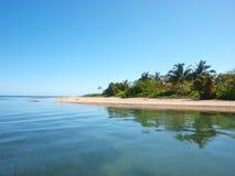 Strand i helgonet Helena Island, Roatan royaltyfri fotografi