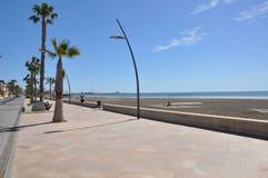 Strand i söderna av Spanien Sand, hav och himmel Utan folk Arkivfoton