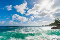 Strand i Seychellerna Direkt solljus och vaggar i backgrouns port seychelles för kustlinjeömahe royaltyfria bilder