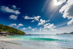 Strand i Seychellerna, Mahe Island Med molnig himmel och skogen i bakgrund royaltyfria bilder