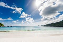 Strand i Seychellerna, Mahe Island Vaggar och skogen i bakgrund royaltyfri bild