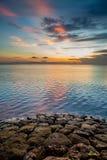 Strand im Sonnenaufgang lizenzfreie stockbilder