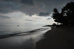 Strand Indonesië bij schemer Stock Fotografie