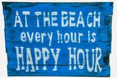 Am Strand ist jede Stunde eine glückliche Stunde Lizenzfreie Stockfotografie