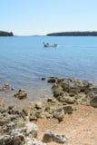 Strand in Istria dichtbij Medulin, Kroatië Royalty-vrije Stock Foto's