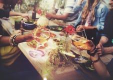 Strand jubelt Feier-Freundschafts-Sommer-Spaß-Abendessen-Konzept zu Stockfoto