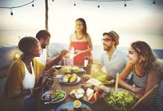 Strand jubelt Feier-Freundschafts-Sommer-Spaß-Abendessen-Konzept zu Lizenzfreies Stockbild