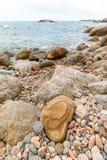 Strand Küsten mit Kieseln lizenzfreies stockbild