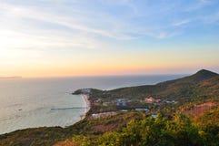 Strand in Ko-Lan, Pattaya met zonsondergang stock fotografie