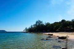 Strand in koh rong Kambodja met overzees op achtergrond stock afbeelding