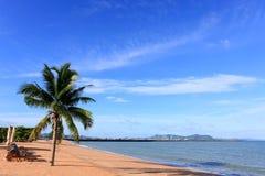 Strand, Kokosnoot en blauwe hemel royalty-vrije stock afbeeldingen