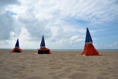 Strand in koud weer royalty-vrije stock afbeeldingen