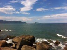 Strand långt från staden Fotografering för Bildbyråer