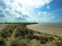 Strand in Liverpool met lighthout en mooie hemel stock foto