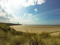 Strand in Liverpool met lighthout en mooie hemel royalty-vrije stock foto's