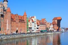 Strand med den Mariacka porten och den gamla kranen (Zuraw) i Gdansk, P Arkivfoto