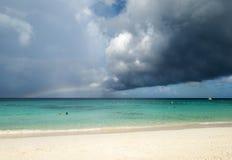 Strand med en regnbåge Arkivbild