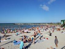 Strand med folk royaltyfria bilder