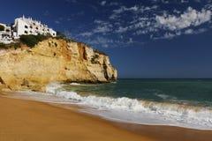 Strand med hus på en klippa Fotografering för Bildbyråer