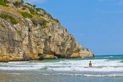 Strand med klippan Arkivbild