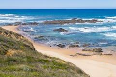 Strand med klippor och vegetation i Almograve Arkivbilder
