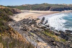 Strand med klippor och vegetation i Almograve Fotografering för Bildbyråer