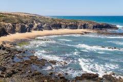 Strand med klippor och vegetation i Almograve Royaltyfri Fotografi