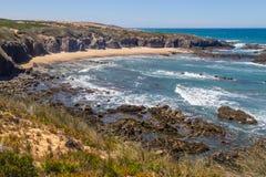 Strand med klippor och vegetation i Almograve Royaltyfri Bild