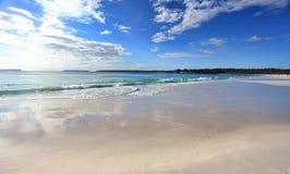 Strand med molnreflexioner Fotografering för Bildbyråer