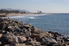Strand med pir och kraftverket Royaltyfri Bild