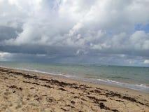Strand med regn arkivbilder