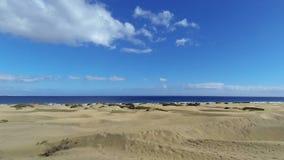 Strand med sanddyn och den rörande molntidschackningsperioden - Gran Canaria lager videofilmer