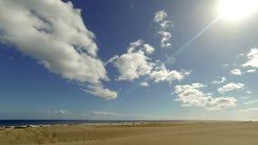Strand med sanddyn och den rörande molntidschackningsperioden - Gran Canaria stock video