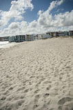 Strand med semesterorten och moln i bakgrund Royaltyfri Foto