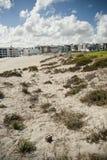 Strand med semesterorten och moln i bakgrund Royaltyfria Foton