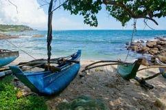 Strand med små färgrika ljusa wood fartyg Royaltyfria Bilder
