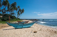 Strand med små färgrika ljusa wood fartyg Arkivfoto