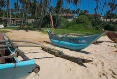 Strand med små färgrika ljusa wood fartyg Fotografering för Bildbyråer