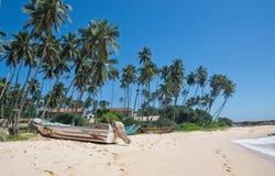 Strand med små färgrika ljusa wood fartyg Arkivbild