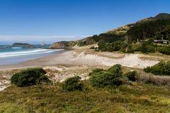 Strand med solbränning och blå himmel Royaltyfria Bilder