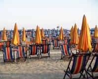 Strand med solstolar royaltyfri bild