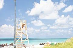 Strand med stolar och leksaker och rör fotografering för bildbyråer