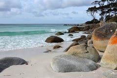 Strand med stora stenar royaltyfri bild