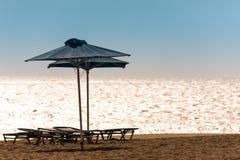 Strand med Sunbeds Royaltyfri Fotografi